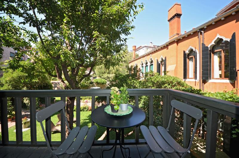 relax on the little terrace facing the gardens at the Veronese apartment in Venice - Veronese - Venice - rentals