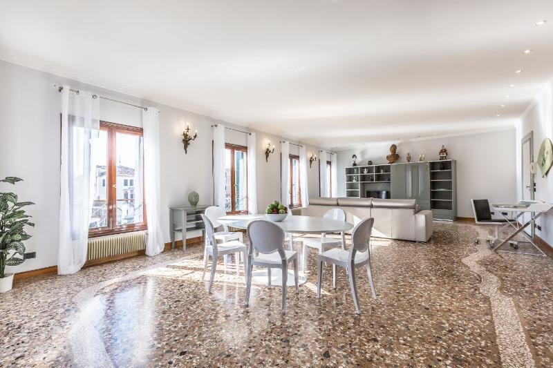 Ca' delle Perle - Large, luxury and very bright apartment on the Canal Grande - Image 1 - Venice - rentals