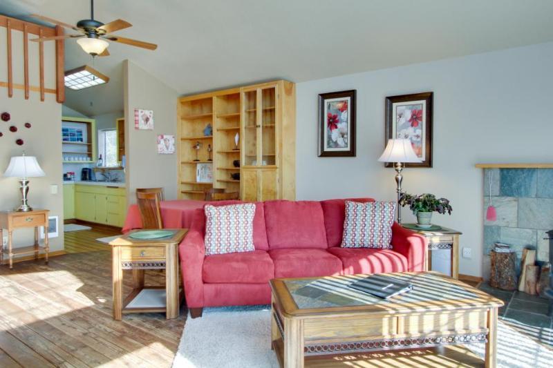 Cozy dog-friendly condo with loft near the beach! Enjoy ocean views & more! - Image 1 - Yachats - rentals