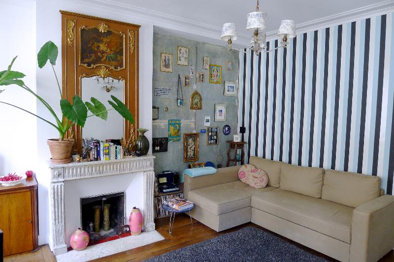 Living room - Cool apartment by the canal. Free wi-fi! Blu-ray! - Paris - rentals