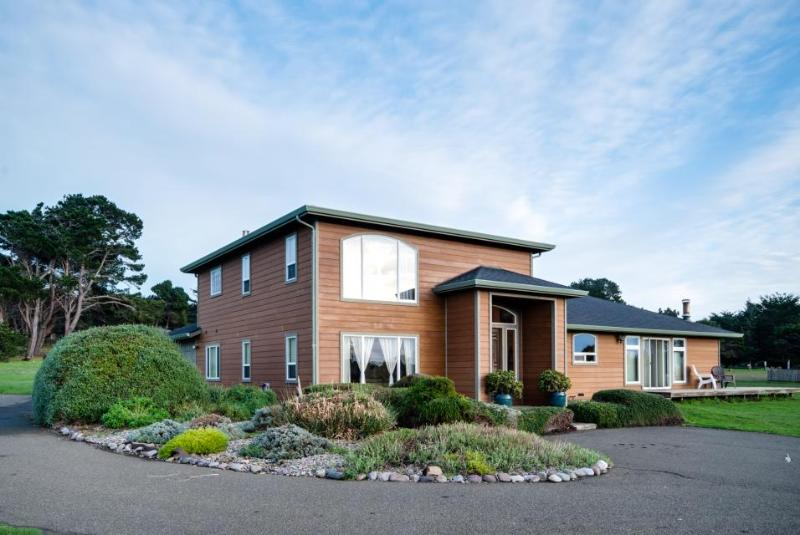 Completely remodeled, dog-friendly vacation home w/ ocean view & private hot tub - Image 1 - Mendocino - rentals