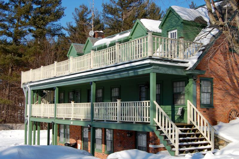 Your ideal winter ski house - 8 miles to Bromley, 18 to Stratton! Every room has private bathroom - SKI Bromley & Stratton Mts! Great for Groups! Sleep 20: 6.5 bedroom, 6.5 baths! - Manchester - rentals