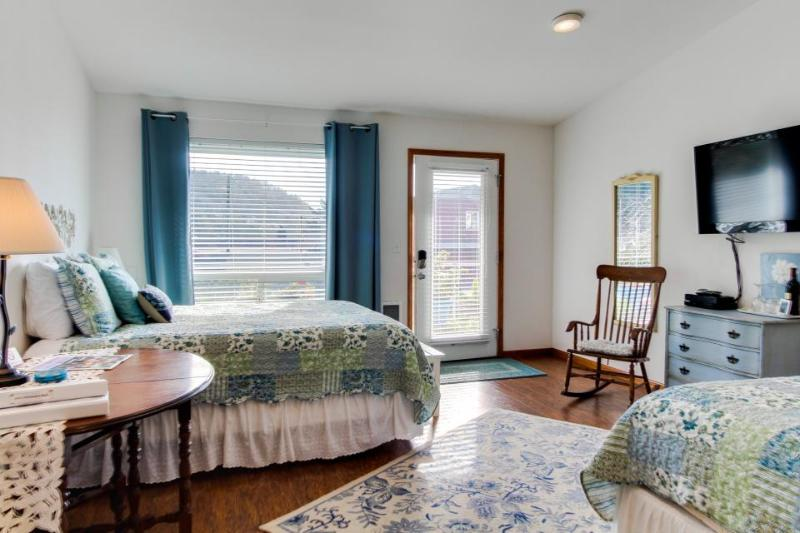 Dog-friendly floral suite w/ocean views & perfect location for a Yachats retreat - Image 1 - Yachats - rentals