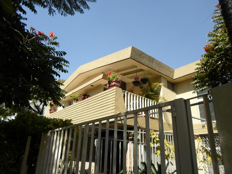 Sidewalk view of house - Dickinson Guest House, Expo Area - Guadalajara - rentals