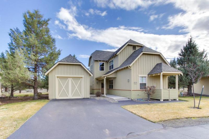 Charming ranch-style home w/private hot tub & rec access including shared pool! - Image 1 - Redmond - rentals