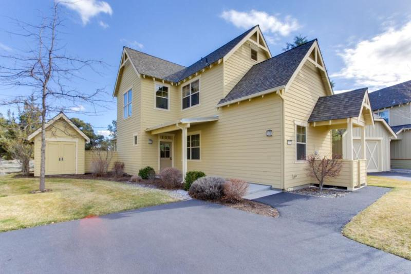 Tudor-style townhome w/ shared pool, hot tub & resort amenities - Image 1 - Redmond - rentals