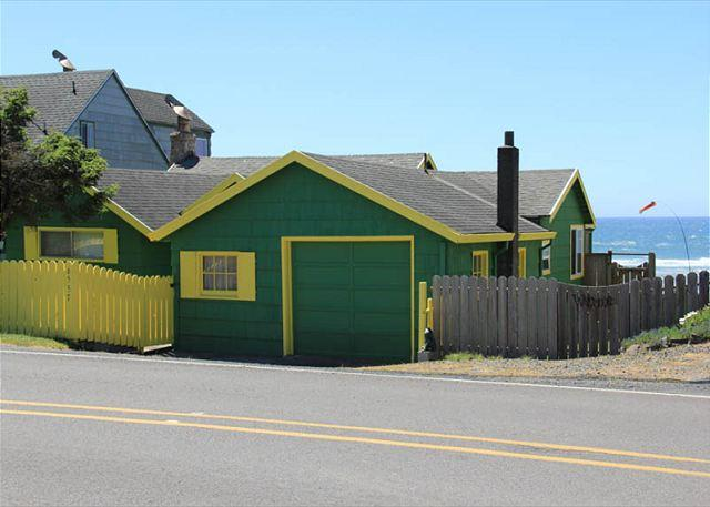 Oceanfront cottage brings the Pacific to your doorstep! - Image 1 - Lincoln City - rentals