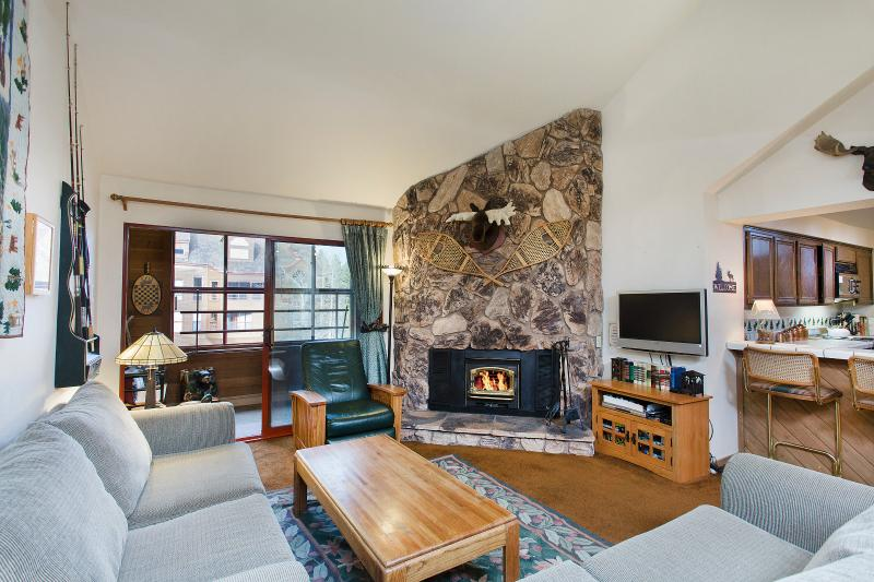 Aspen Creek #301 Living Area Has High Ceilings, LED tv, and Connects to an Interior Balcony - Aspen Creek 301 - Mammoth Rental - Near Eagle Lift - Mammoth Lakes - rentals