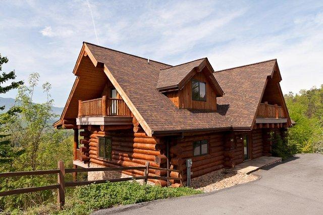 """The front of Great Alpine lodge! Note the paved drive with ample parking - """"Great Alpine Lodge"""" ~ Huge 6 BR Log Cabin, Direct Mountain Views, Pool Access - Gatlinburg - rentals"""