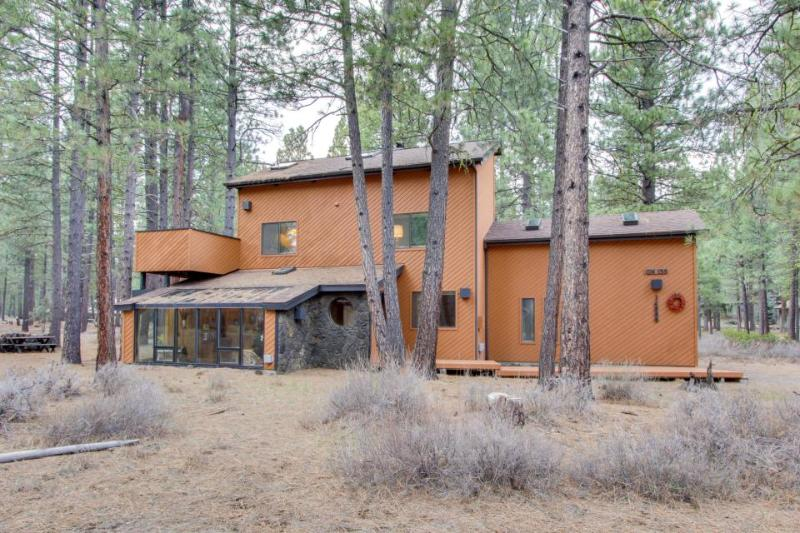 Rustic cabin with a private patio and shared pools, hot tubs & resort amenities! - Image 1 - Black Butte Ranch - rentals