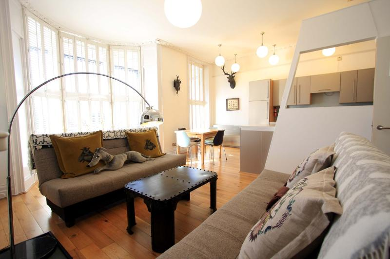 Lounge - Stunning first floor balcony apartment near Pier - Brighton - rentals