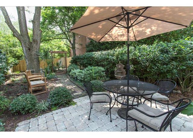Spacious outdoor area. - Pet friendly two bedroom with a large private courtyard - Savannah - rentals