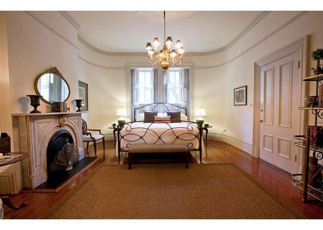Fit for the most discerning guest. - 1 bedroom with a lunch Mrs. Wilkes restaurant - Savannah - rentals
