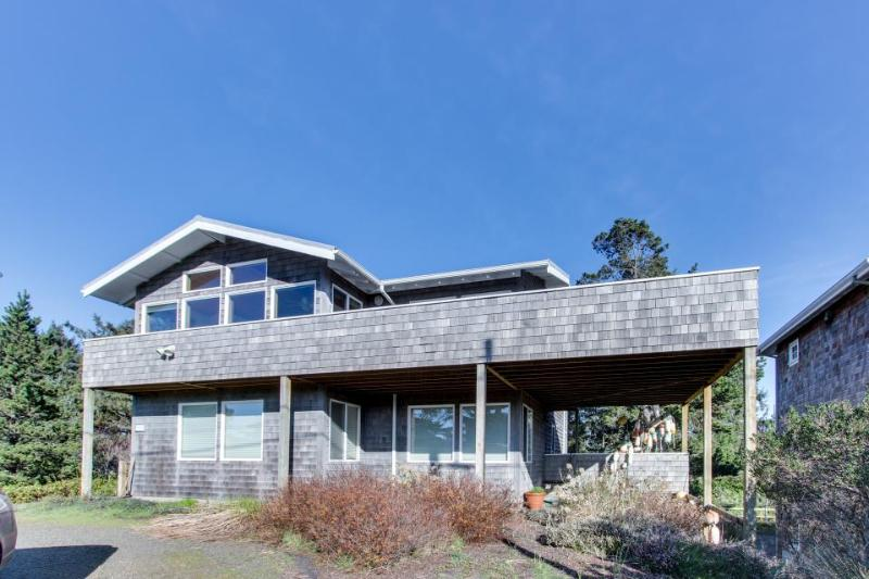 Spacious w/ocean & golf course views & ping-pong table! Two blocks from beach! - Image 1 - Gearhart - rentals