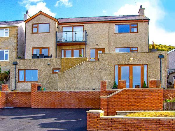 CRUD YR AWEL, ground floor apartment, king-size bed, off road parking, sea views, in Y Felinheli, Ref 919837 - Image 1 - Y Felinheli - rentals