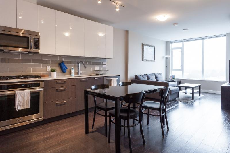 Dining Area - Luxurious 1 Bedroom Condo with Air Conditioning - Vancouver - rentals