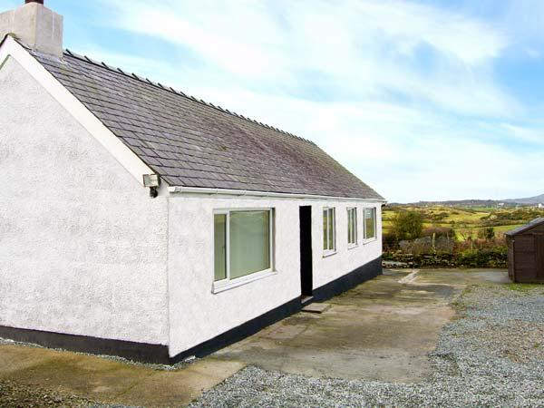 CERRIG-YR-EIRIN, detached bungalow with WiFi, lawned meadow garden, rural - Image 1 - Llanfechell - rentals