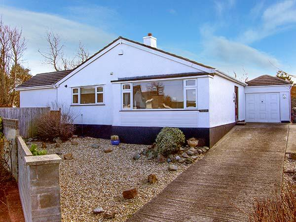 TEGFAN, detached bungalow, luxury holiday home, walking distance to beach, in Trearddur Bay, Ref 921302 - Image 1 - Trearddur Bay - rentals