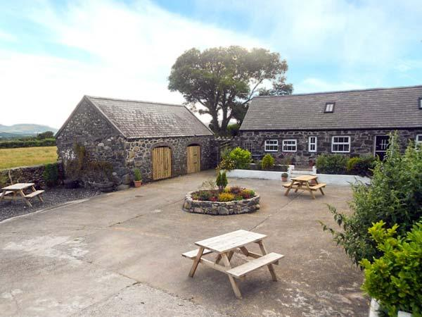 WILLOW COTTAGE, barn conversion around a courtyard, lots of outdoor space, ideal for families, near Pwllheli, Ref 921643 - Image 1 - Pwllheli - rentals
