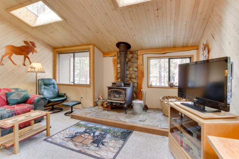 Enjoy a private hot tub in this dog-friendly home with SHARC passes & access - Image 1 - Sunriver - rentals
