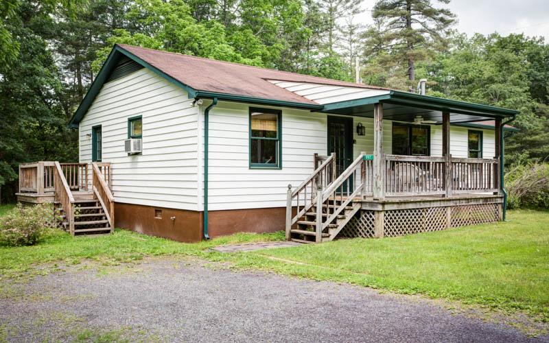 Walnut Cottage - A cozy 3 bed 2 bath cottage within Meadow Lane. Large porch and back deck with fantastic access to facilities - Image 1 - Hot Springs - rentals