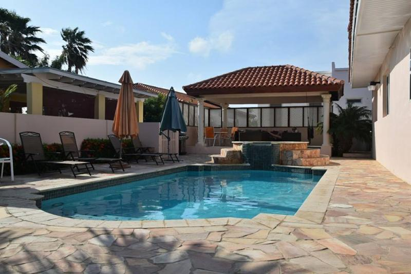 Pool with integrated Jacuzzi - Villa Paradise with private pool - 3 bedrooms - Noord - rentals