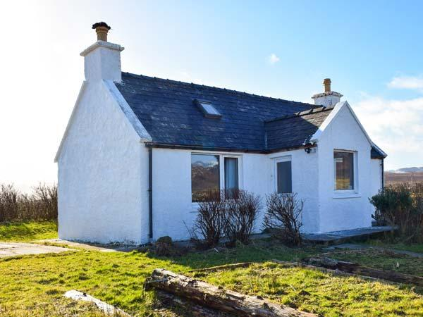 AMBER'S COTTAGE, detached, single-storey, mountain and sea views, walking distance to beach, near Staffin, Ref 917333 - Image 1 - Staffin - rentals