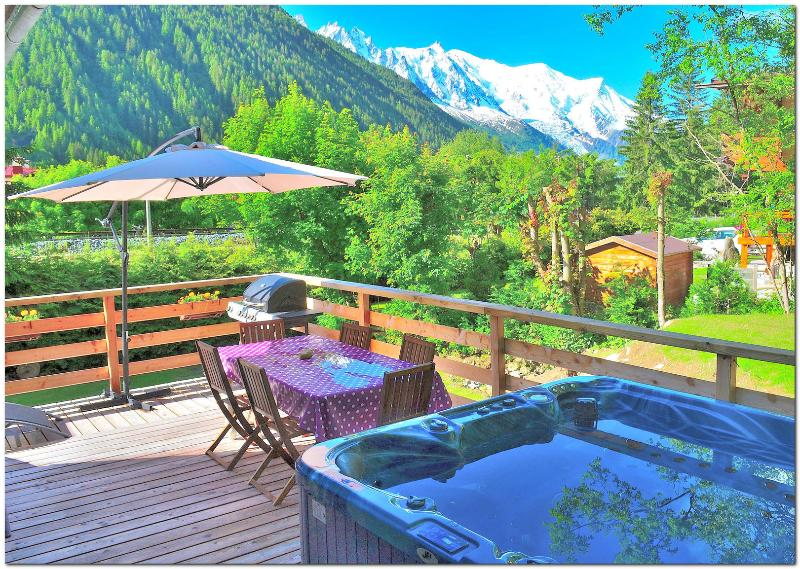 Jacuzzi on the terrace facing Mont Blanc - Good value 5 bedroom chalet with jacuzzi BBQ WiFi - Chamonix - rentals