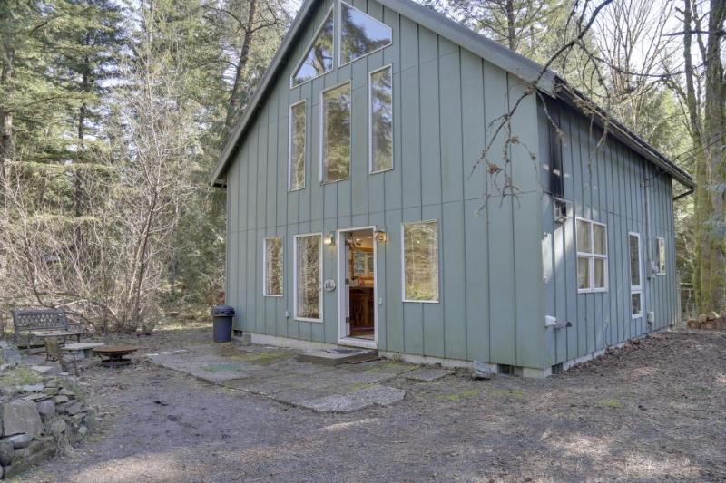 Dog-friendly cabin in the woods with private hot tub, perfect for relaxing! - Image 1 - Brightwood - rentals
