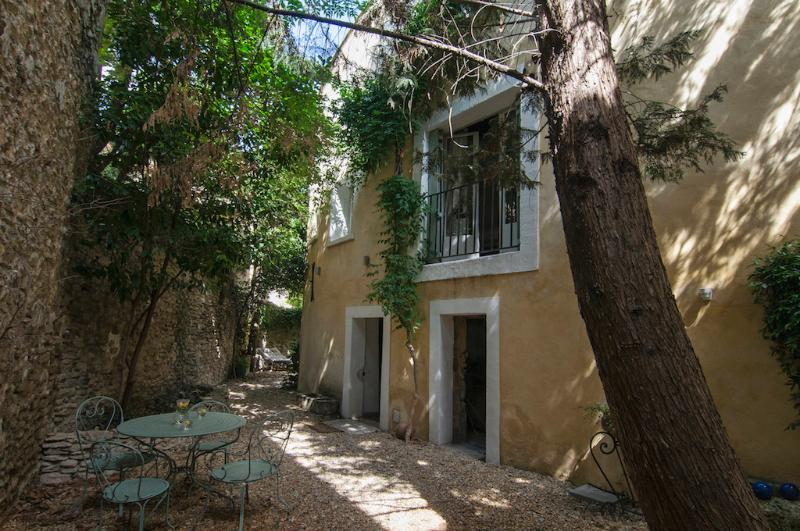 la Marisol entrance with side garden - Stunning and Elegant L'Isle sur Sorgue 3 Bedroom Townhouse - L'Isle-sur-la-Sorgue - rentals