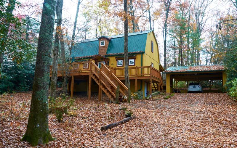Beautiful 2 bed vacation rental in Highlands, NC. with an open deck and outdoor dining area - Image 1 - Highlands - rentals