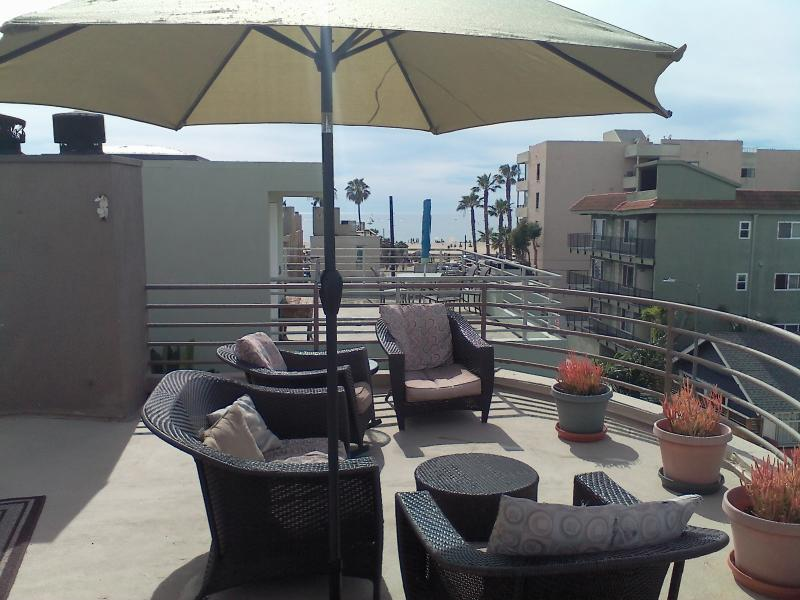 500 sf oceandeck 360 views, BBQ patio furnishings tilt umbrella table seating to 4. - VENICE BEACH AT IT'S FINEST & 500 SF OCEAN SUNDECK - Los Angeles - rentals