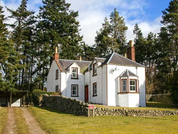 ROTTAL FARMHOUSE, detached, en-suite, open fire, woodburning stove, glen views, near Kirriemuir, Ref 922220 - Image 1 - Kirriemuir - rentals