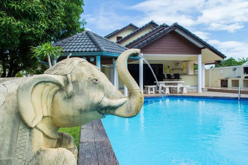 Fantastic garden and swimming pool - Baan Laksee 4 bed pool villa near Walking Street - Pattaya - rentals