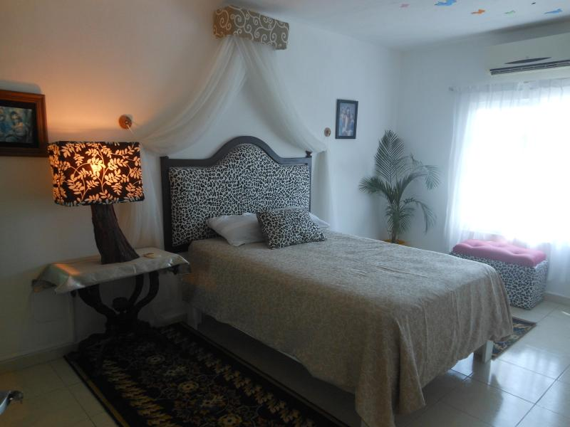 personal touch, principal room with condition air - WHOLE HOUSE ONLY FOR YOU - Cancun - rentals