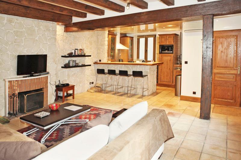 Rustic Apartment Rental at Notre Dame - Image 1 - Paris - rentals