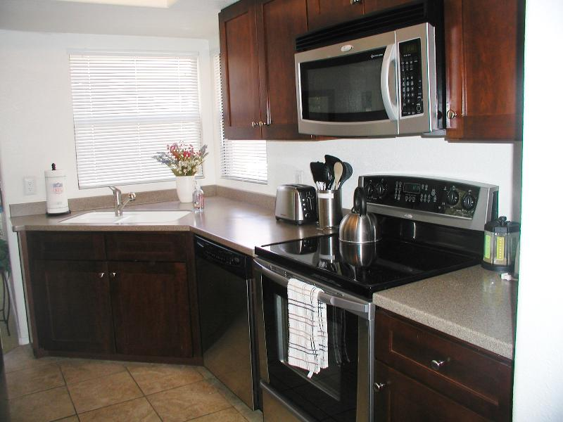 Updated kitchen with stainless steel appliances - 3 bedroom with views of mountains and golf course   Swim, hike, bike, relax - Tucson - rentals
