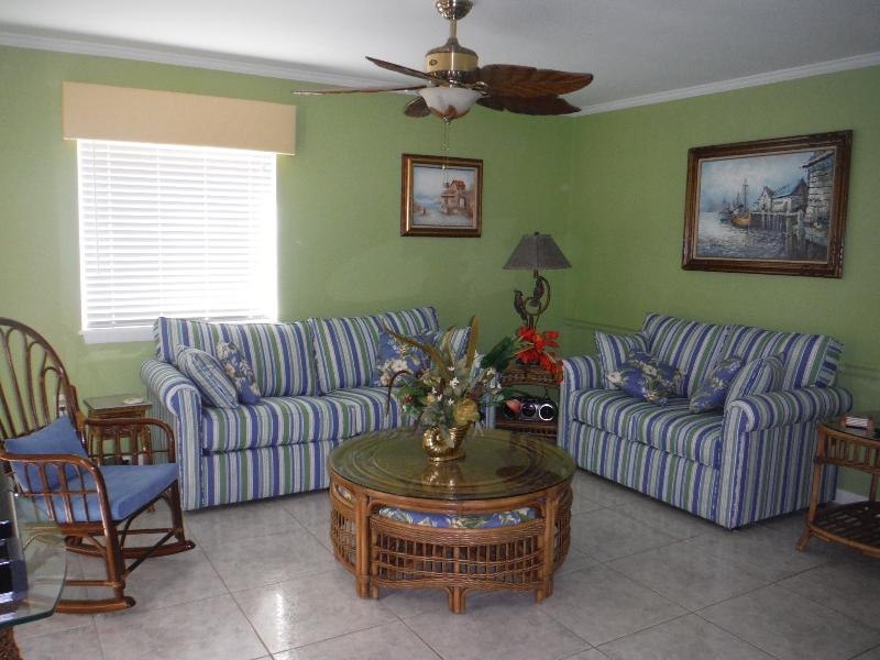 Great Room - Beautiful 2 Srory Condo  - Lg 3 Bdr 3 Bth Pool, WiFi, 100 Yds to Beach, Sleeps 8 - Ocean City - rentals