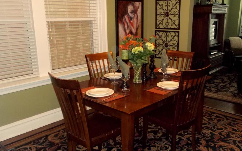 Formal Dining for Four - OMG! Simply Adorable! * HOT Winter Rates Starting at $99Nt! - Chicago - rentals
