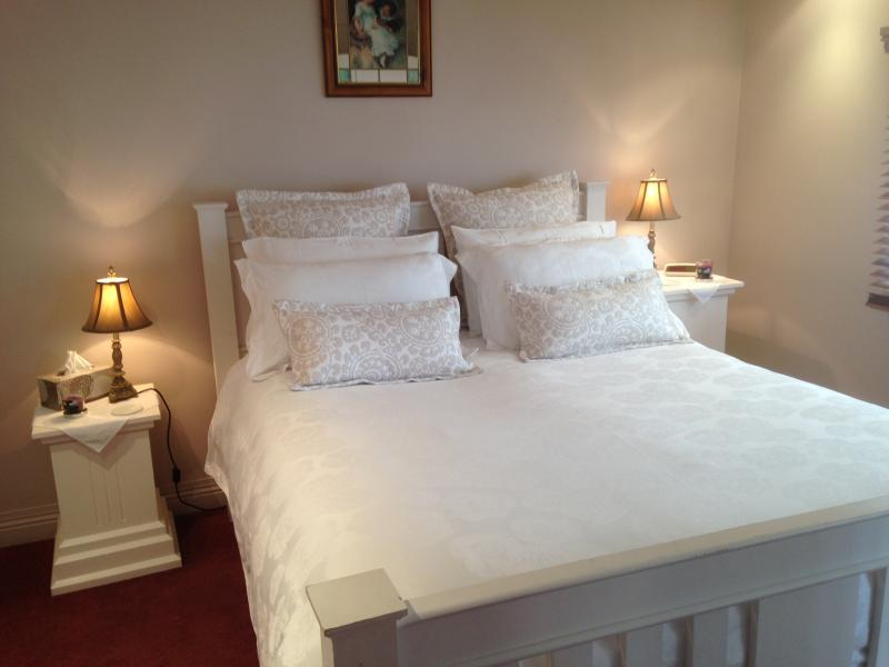 Pillow top queen size bed made up with top quality linen and pillows. - Ellie's Spa Cottage right in the heart of Stanley. - Stanley - rentals