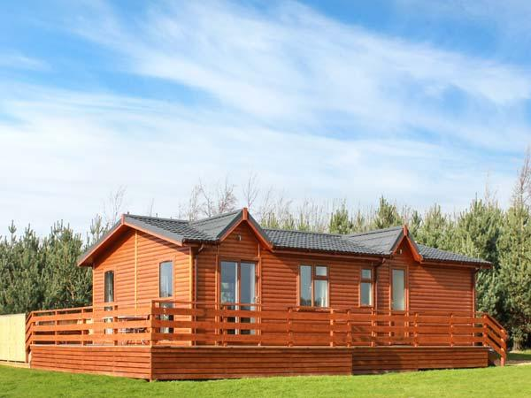 CALLOW LODGE 2, detached, king-size double beds, en-suite, private hot tub, shared swimming pool, on Beaconsfield Holiday Park, Ref 918109 - Image 1 - Upper Battlefield - rentals