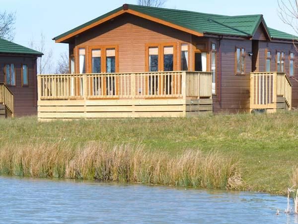 BLENHEIM LODGE, detached, en-suite, fishing lake, luxury accommodation, near Western-super-Mare, Ref 915433 - Image 1 - Yatton - rentals