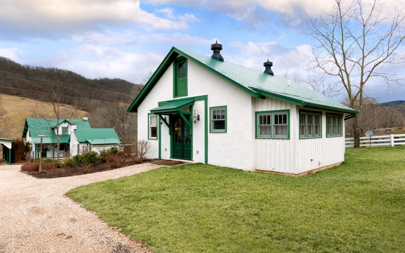 Intimate pet-friendly cottage located in Warm Springs. Across from the Old Dairy Community Center - Image 1 - Hot Springs - rentals