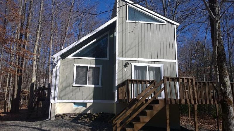 Welcome to your Peaceful Mountain Retreat! - Peaceful Lake Chalet-Walk to Pool-Fplc, Fpit, WiFi - Pocono Lake - rentals