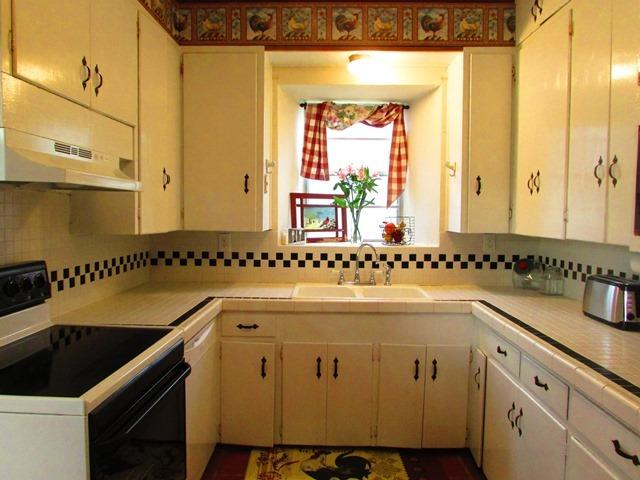 Kitchen - Stone House - Canyon Lake - rentals