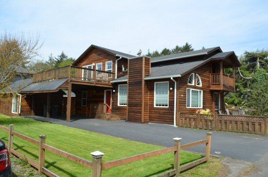 Front of the House  - Triple Deck - 3 decks a king size bed in the Presidential streets and a block from the beach 3 bedroom 2 bath sleeps 8 - 75279 - Cannon Beach - rentals