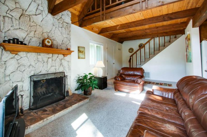 Warm cabin w/private hot tub - walk right to Heavenly for skiing! - Image 1 - South Lake Tahoe - rentals