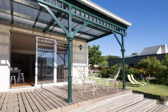 The sunny deck overlooks the pool - Heritage home in leafy Cape Town suburbs - Rondebosch - rentals