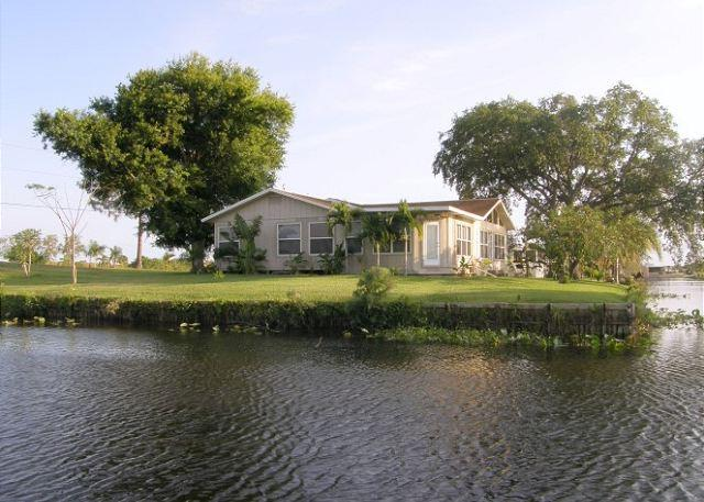 Moorhaven.  Lake and Riverfront Fishing Paradise , Sleeps 8 - Image 1 - Moore Haven - rentals