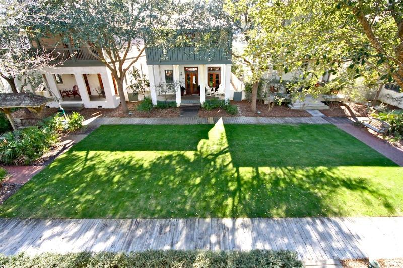 Cottage On The Green sits on a lush green Pocket Park in Rosemary. Enjoy sitting on the front porch and watch the kids play. - COTTAGE ON THE GREEN - Rosemary Beach - rentals